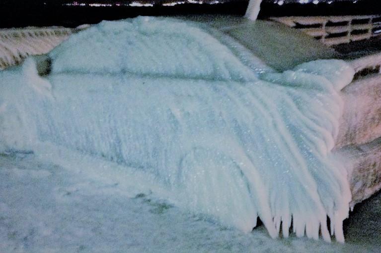 jäätynyt auto